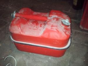 jerrican de 5,7 litres avec boîte à outils